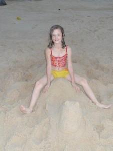 Julia hat sich ein Kamel aus Sand gemacht, es braucht so wenig um Glücklich zu sein!