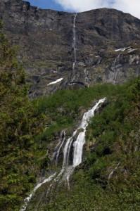 überall strömen Wasserfälle runter...